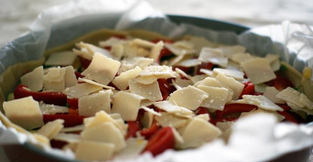 tarte-salée-saucisse-morteau-poivron-courgette-parmesan-feuille-de-choux