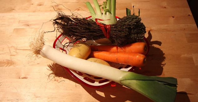 Panier pour soupe au fenouil: carottes, poireaux, fenouil, pommes de terre et thym - Feuille de choux