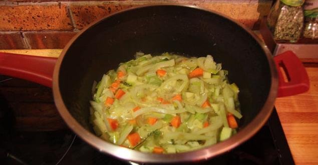 Cuisson des légumes pour la soupe au fenouil - Feuille de choux