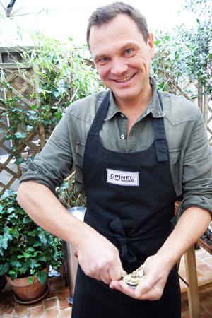 Fred Chesneau qui m'ouvre des huîtres, la classe! Feuille de choux