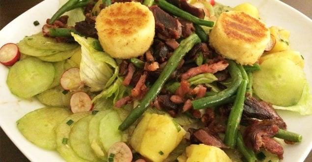 Salade composée aux lardons et fromages de chèvre