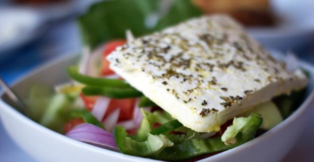 Salade grecque, feta, poivrons et concombres - Feuille de choux